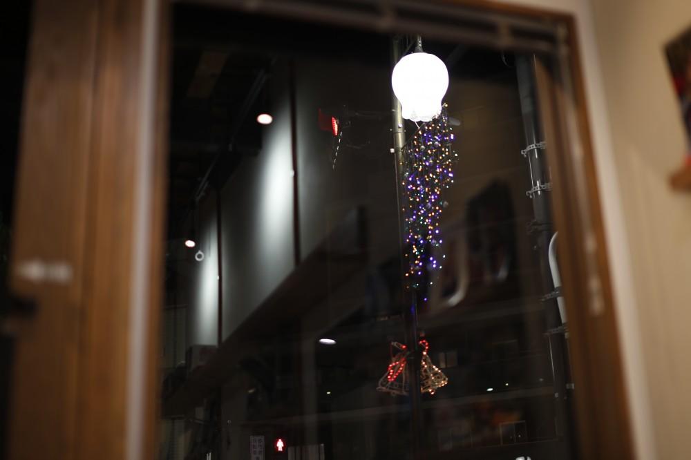 店から見えるクリスマスイルミネーション