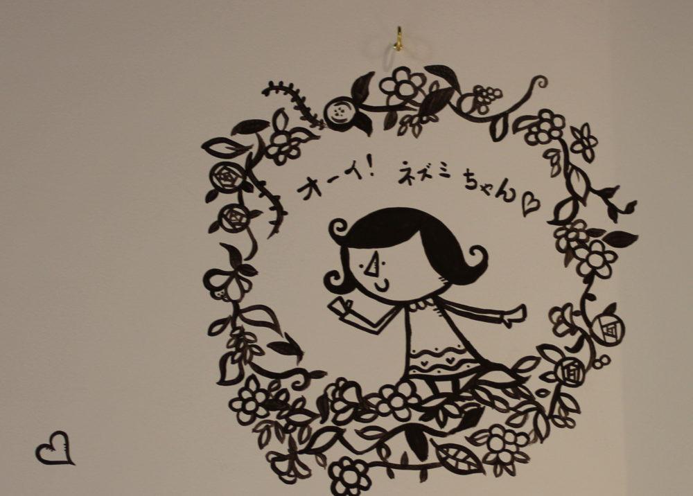 壁に絵を描いてもらいました(途中)